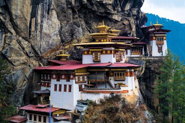 Taktsang dzong lub tiger's nest w paro bhutan