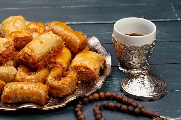 Talerz baklava deseru zakończenie up słuzyć na stole