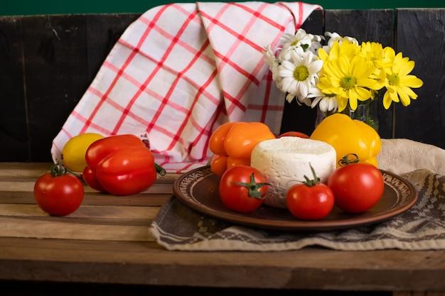 Talerz białego sera z pomidorami i papryką