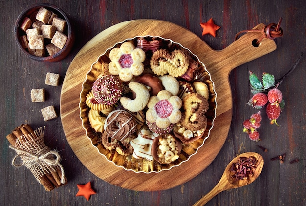 Talerz bożenarodzeniowi ciastka na drewnianej desce na ciemnym wieśniaka plecy