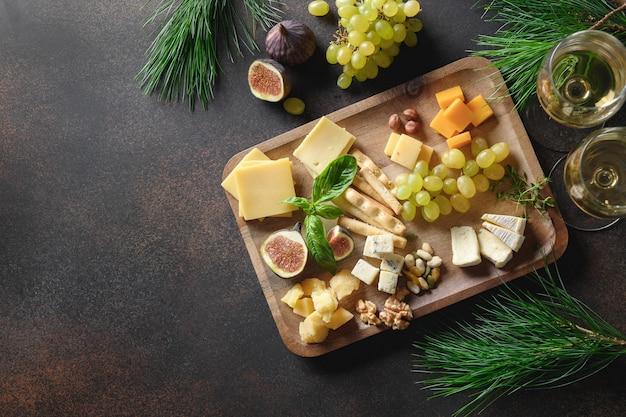 Talerz bożonarodzeniowy z różnymi serami i przystawką