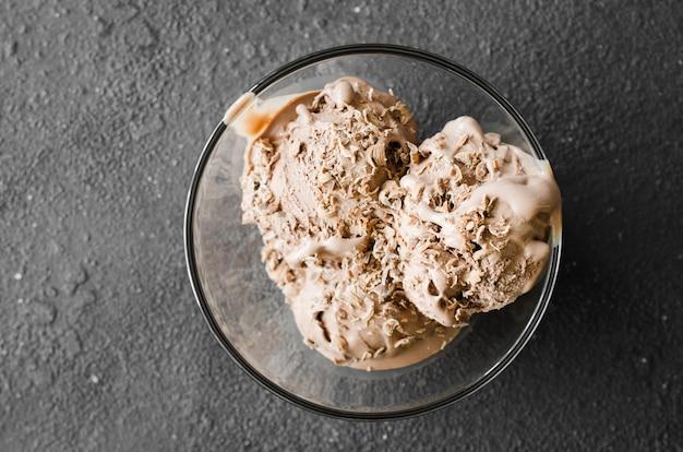 Talerz domowych lodów czekoladowych z kawałkami czekolady.