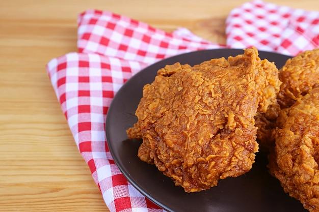 Talerz golden brown crispy chrupiące smażone kurczaki na drewnianym stole