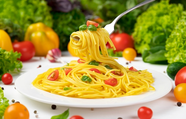 Talerz gotowanego włoskiego makaronu