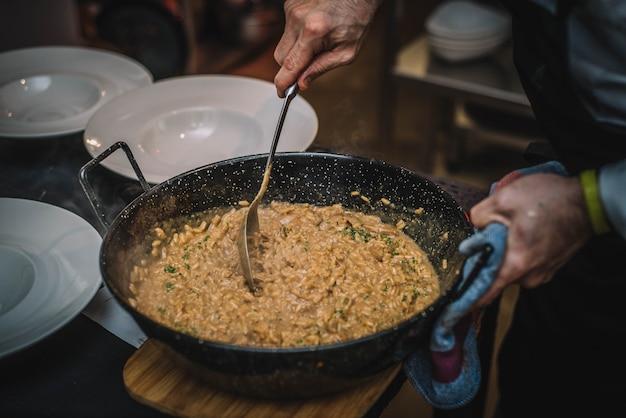 Talerz gourmet risotto z kremem grzybowym i parmezanem