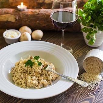 Talerz grzybowego risotto zwieńczony startym serem