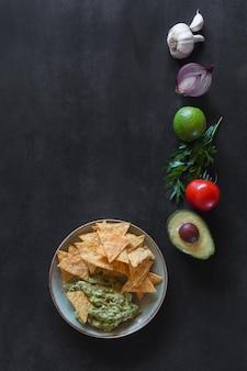 Talerz guacamole z frytkami tortilli i dodatkami