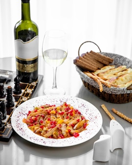 Talerz gulaszu warzywnego podany z białym winem i chlebem