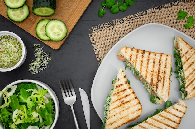 Talerz kanapek z sałatką i ogórkiem