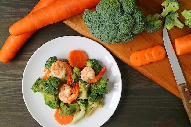 Talerz krewetek smażonych z brokułami i marchewką z warzywami