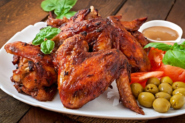Talerz kurczaków skrzydła na drewnianym stole