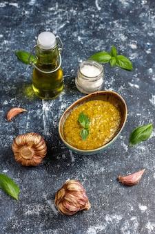 Talerz makaronu z domowym sosem pesto