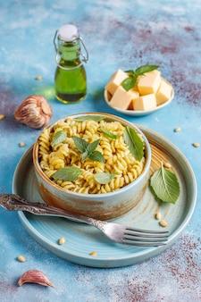 Talerz makaronu z domowym sosem pesto.