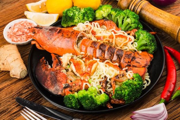 Talerz makaronu z homarem bostońskim na parze