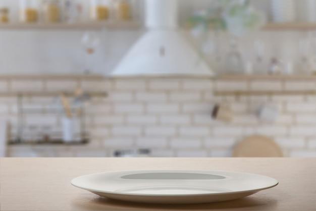 Talerz na stole w kuchni