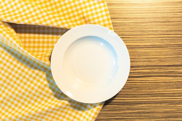 Talerz na żółtym obrusie w kratkę