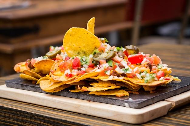 Talerz nachos z warzywami o różnych smakach i konsystencji
