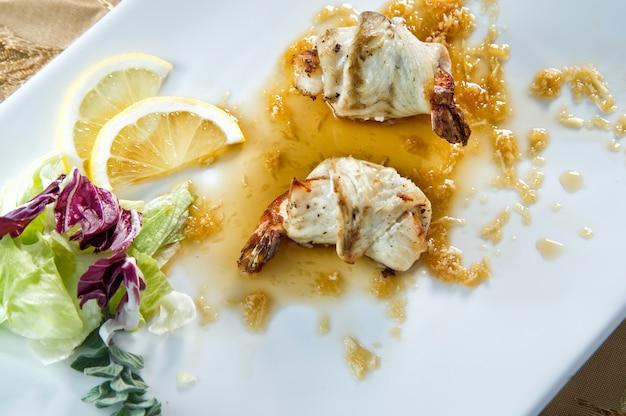 Talerz owoców morza. ryby i krewetki.