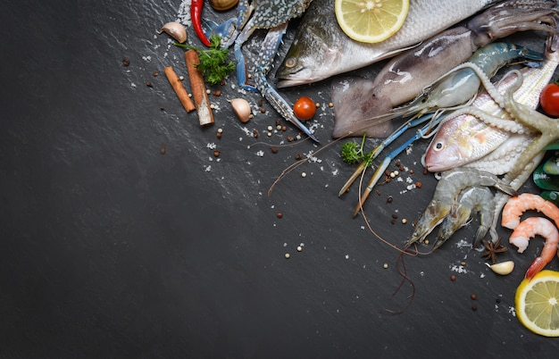 Talerz owoców morza z krewetkami skorupiaków krewetek muszla kraba małże małże kałamarnica ośmiornica i ryba ocean kolacja dla smakoszy