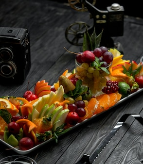 Talerz owoców na drewnianym stole