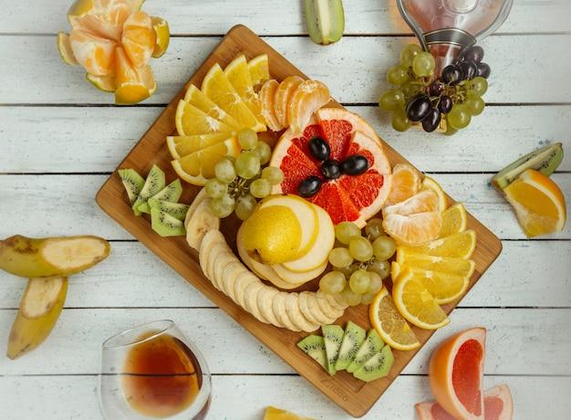 Talerz owoców na stole