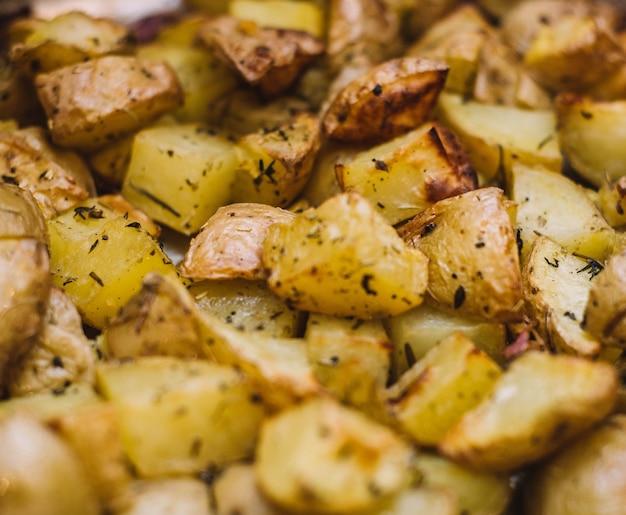 Talerz patatas bravas po hiszpańsku z pikantnym sosem