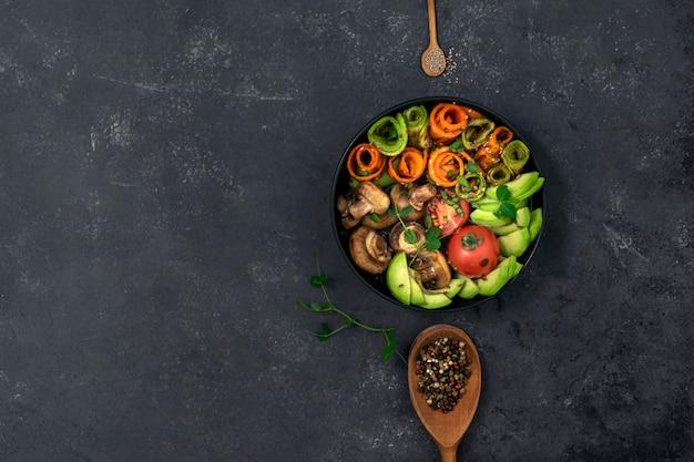 Talerz piec na grillu warzywa na czarnym tle z pikantność i kopii przestrzenią.