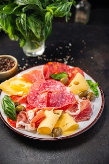 Talerz przekąsek mięso kiełbasa ser szynka oliwki świeży posiłek przekąska na stole skopiuj przestrzeń jedzenie