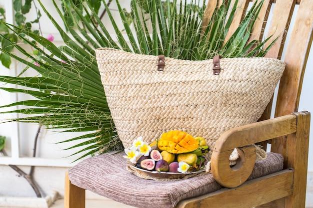 Talerz różnorodnych owoców, pokrojone mango.