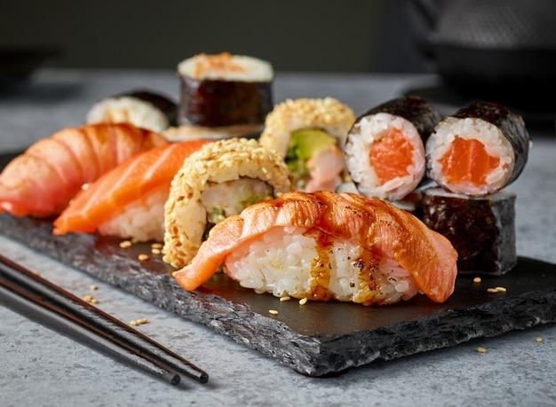 Talerz różnych sushi na stole w restauracji, selektywne skupienie
