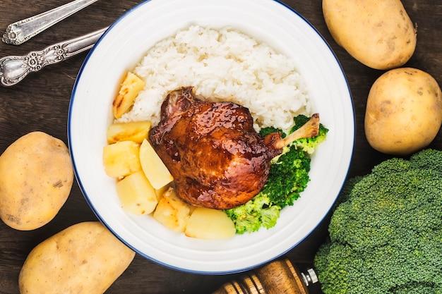 Talerz ryżu z pieczonej kaczki