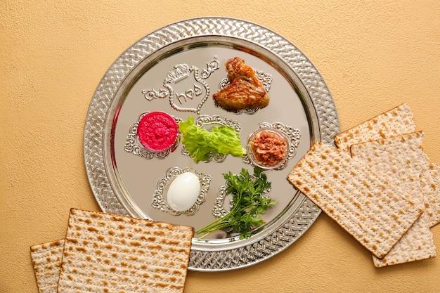 Talerz seder pesach z tradycyjnym jedzeniem w kolorze