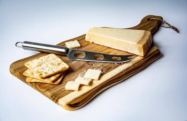 Talerz serów na drewnianej desce do krojenia