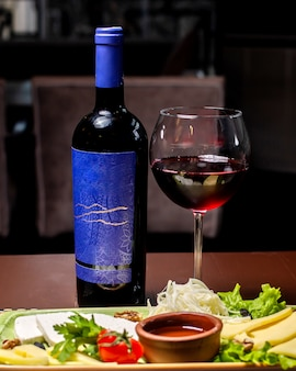 Talerz serów podawany z winem