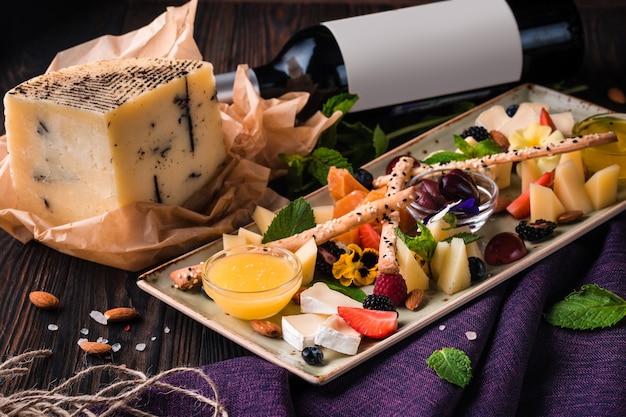 Talerz serów podawany z winogronami i orzechami.