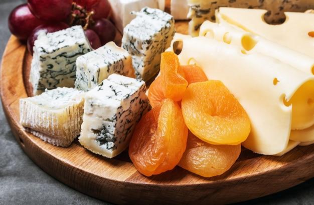 Talerz serów z owocami i orzechami