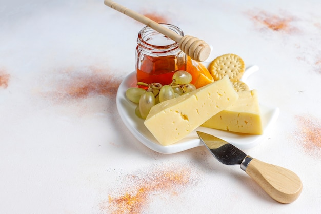 Talerz serów z pysznym serem tysiru i przekąskami
