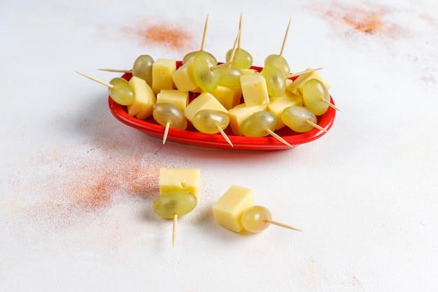 Talerz serów z pysznym serem z tyzera i przekąskami.