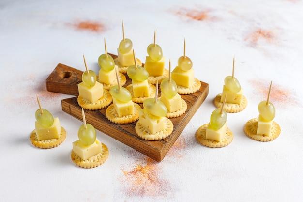 Talerz serów z pysznym serem z tyzry i przekąskami.
