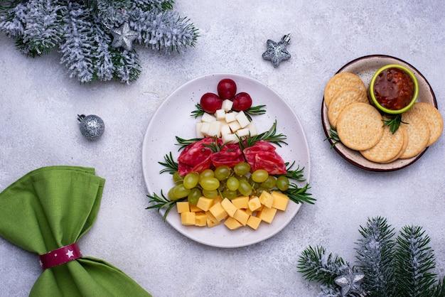 Talerz serów z salami w kształcie drzewa.