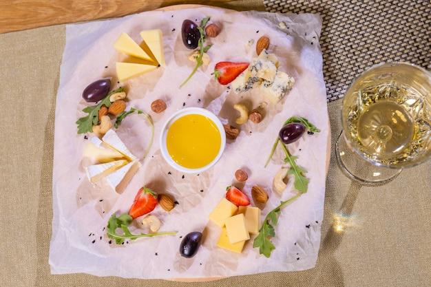 Talerz serów z serami dorblu parmezan brie camembert i roquefort w serwowaniu na stole od ...