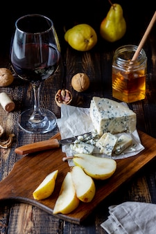 Talerz serów z serem pleśniowym i gruszką. przekąska do wina. kuchnia włoska. jedzenie wegetariańskie. zdrowe odżywianie.