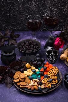 Talerz serowy z przekąskami na halloween i przekąskami