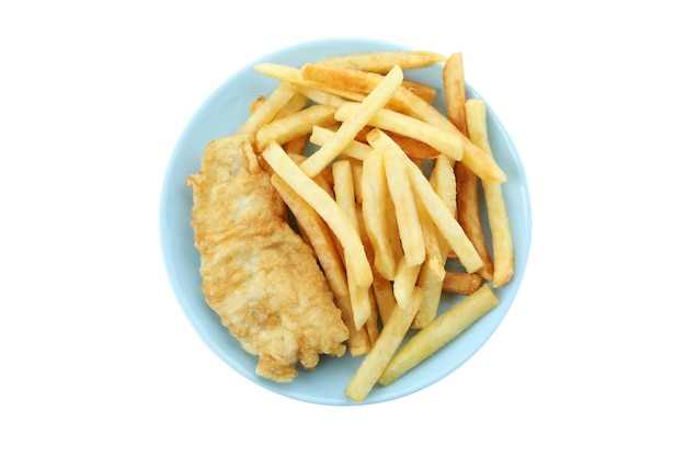 Talerz smażonej ryby z frytkami na białym tle