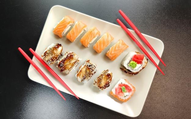 Talerz sushi na czarnej ścianie