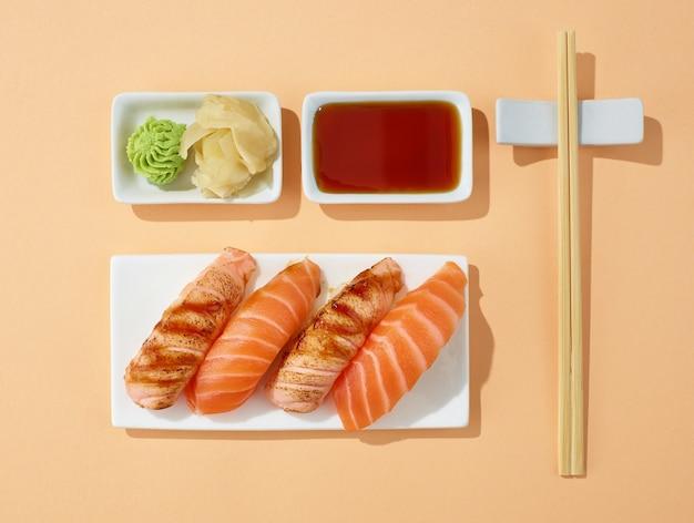 Talerz sushi na tle pastelowych kolorów, widok z góry