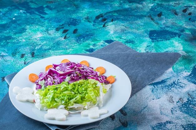 Talerz świeżych różnych warzyw na kawałku materiału
