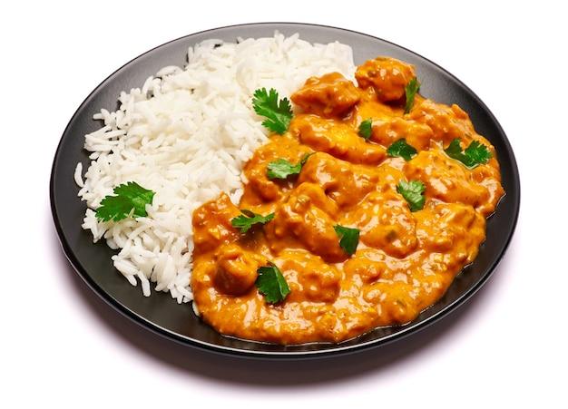 Talerz tradycyjnego curry z kurczaka na białym tle
