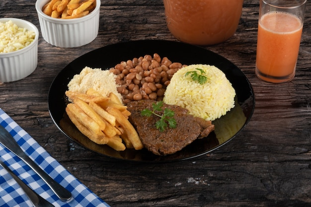 Talerz tradycyjnych brazylijskich potraw domowej roboty.