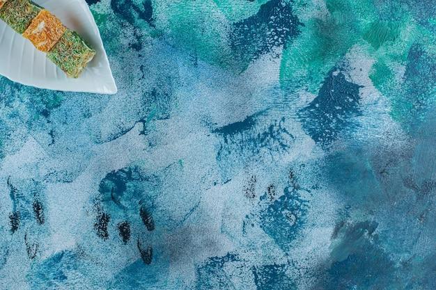 Talerz tureckich przysmaków na marmurowym stole.